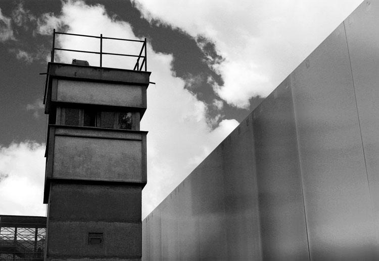 Berlin-poste-de-garde---memorial-du-mur-nb.jpg