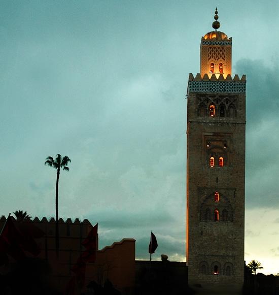 morsquée, grande mosquée de Marrackech, tombee de la nuit